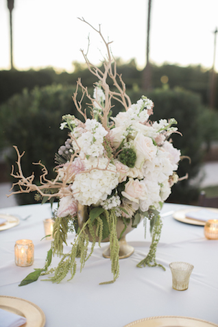 Driftwood and floral centerpiece | Leslie Hollingsworth Photography