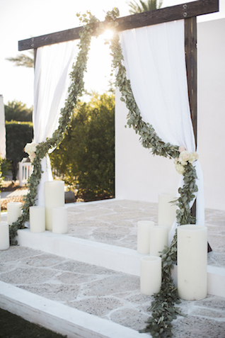 Simple chic wedding ceremony drapery |Leslie Hollingsworth Photography