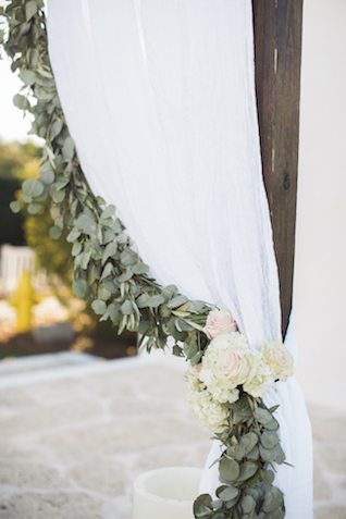 Drapery with greenery wedding ceremony |Leslie Hollingsworth Photography