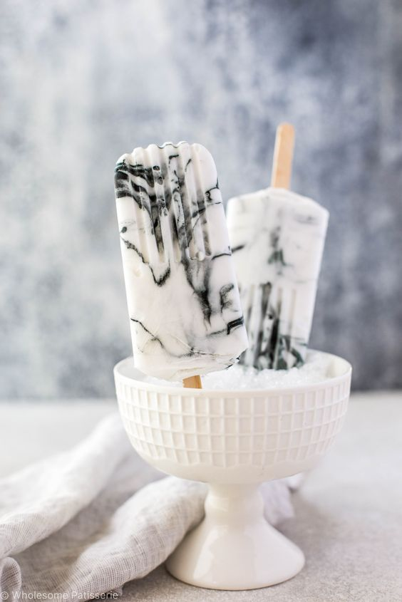 marble yogurt popsicles are a nice idea to refresh your guests