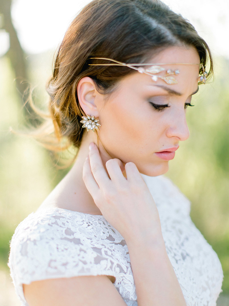 unique gold bridal hair accessories - photo by Facibeni Fotografia http://ruffledblog.com/golden-sunset-wedding-inspiration-overlooking-tuscan-hills