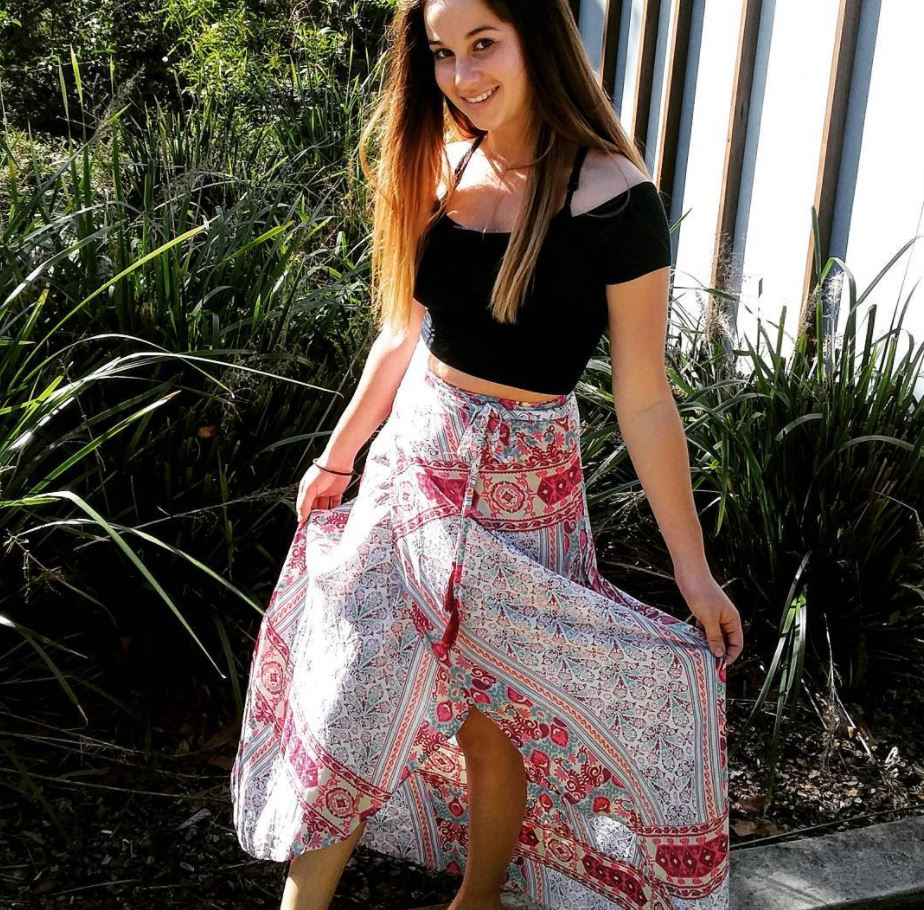 Ways to Wear a Wrap Skirt in Style (8)