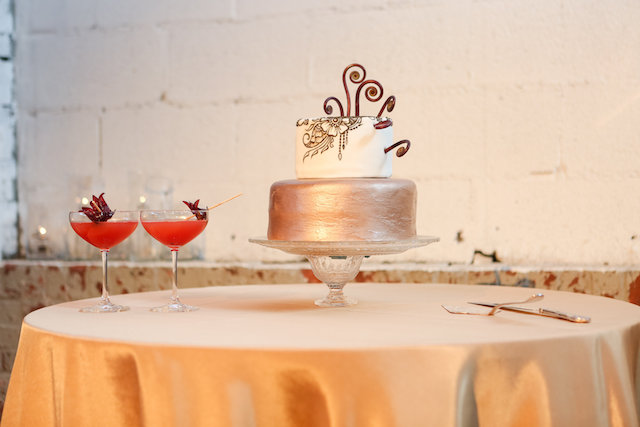 Gold wedding cake | Rodeo & Co Photography + BESWOON