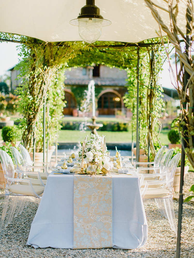 romantic wedding tablescapes - photo by Facibeni Fotografia http://ruffledblog.com/golden-sunset-wedding-inspiration-overlooking-tuscan-hills