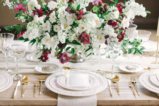 White and burgundy centerpiece | Arturo Diluart Photography