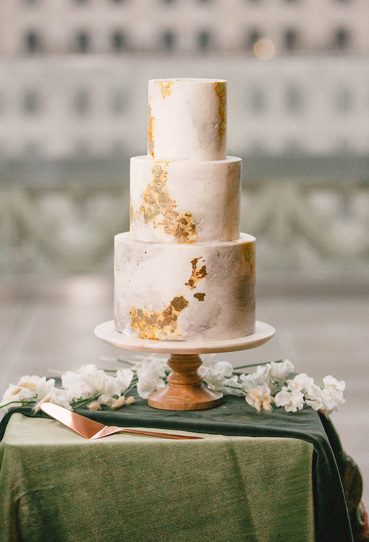 modern wedding cakes with gold - photo by Leigh Miller Photography http://ruffledblog.com/modern-wedding-inspiration-with-a-pampas-grass-chandelier