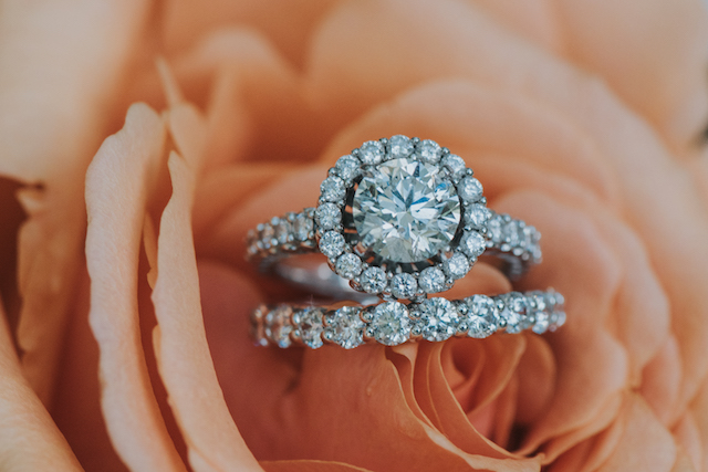 Diamond halo engagement ring | Foto by Freas