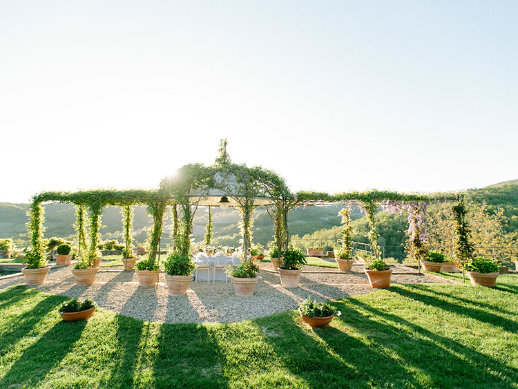 Tuscan wedding inspiration - photo by Facibeni Fotografia http://ruffledblog.com/golden-sunset-wedding-inspiration-overlooking-tuscan-hills