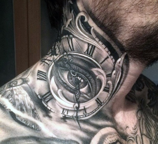 Tattoo with several details on the neck
