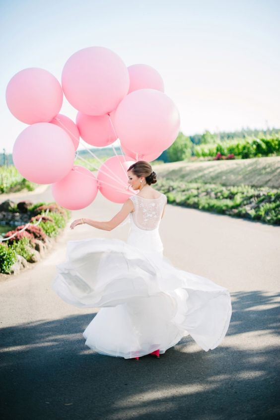 pink balloons tie instead of a bouquet for gorgeous photos