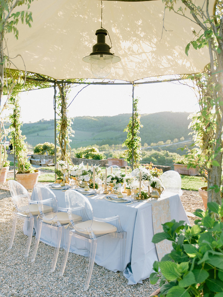 Golden Sunset Wedding Inspiration Overlooking Tuscan Hills - photo by Facibeni Fotografia http://ruffledblog.com/golden-sunset-wedding-inspiration-overlooking-tuscan-hills