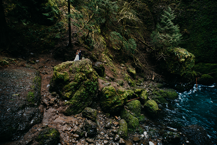 wedding photography - photo by Minerva House Photography http://ruffledblog.com/dreamy-waterfall-elopement-at-wahclella-falls