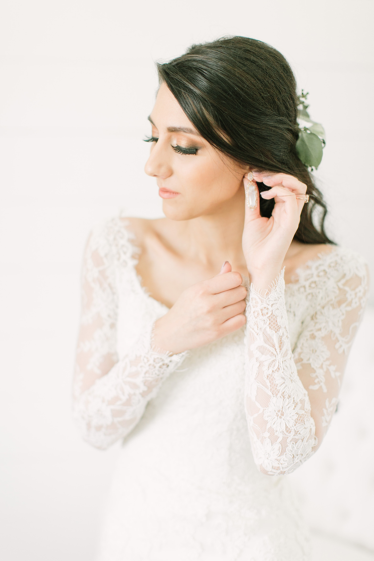 bride getting ready - photo by Mustard Seed Photography http://ruffledblog.com/modern-farmhouse-wedding-with-organic-details