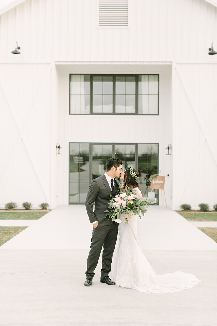 Modern Farmhouse Wedding with Organic Details - photo by Mustard Seed Photography http://ruffledblog.com/modern-farmhouse-wedding-with-organic-details
