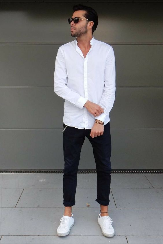 black cropped jeans, a white shirt and white sneakers for a relaxed look