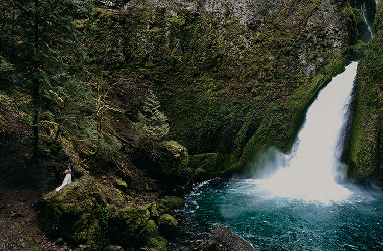 waterfall weddings - photo by Minerva House Photography http://ruffledblog.com/dreamy-waterfall-elopement-at-wahclella-falls