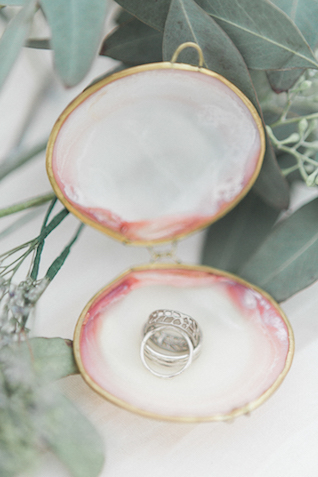 Oyster shell ring holder