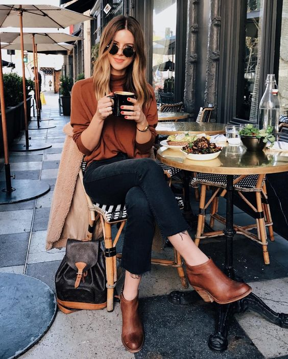 black cropped jeans, cognac booties, a cognac turtleneck and a backpack