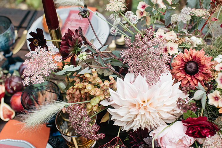 fall wedding flowers - https://ruffledblog.com/woodland-luxe-wedding-inspiration-with-fall-colors