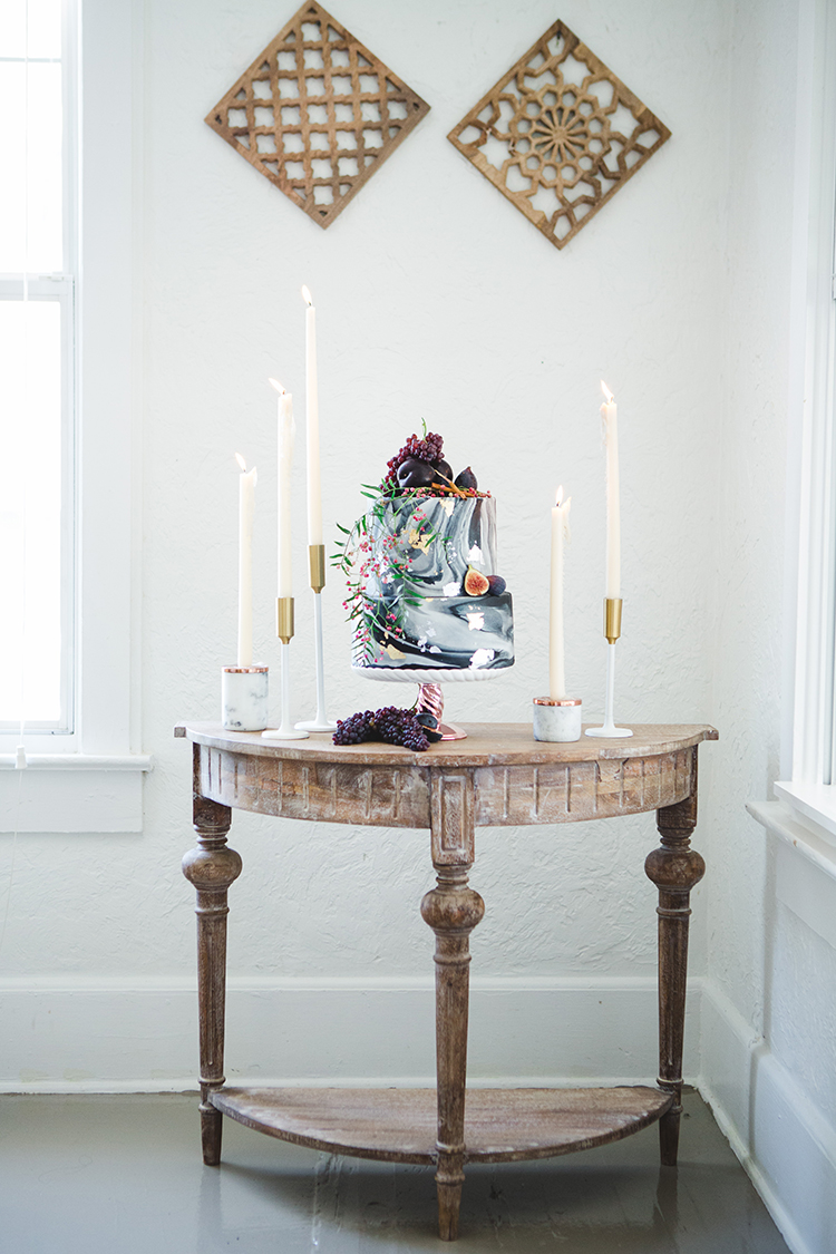 marbled wedding cakes - http://ruffledblog.com/fall-wedding-tablescape-with-an-unexpected-color-palette
