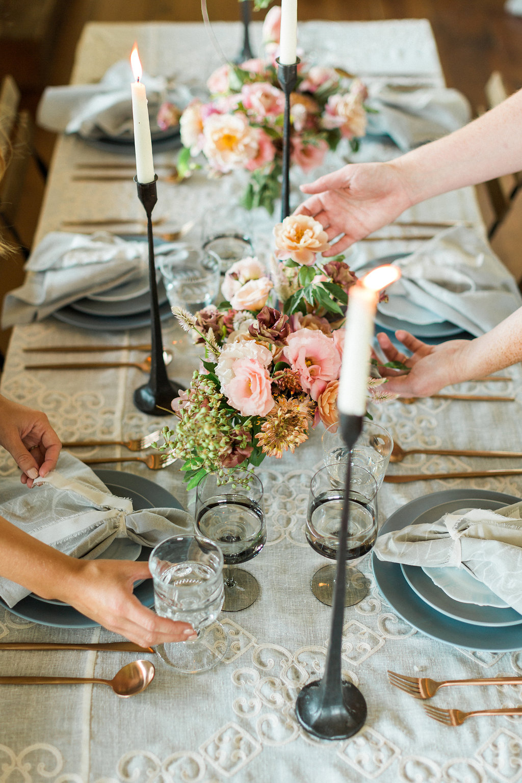 peachy pink wedding tablescapes - https://ruffledblog.com/cloudy-day-wedding-inspiration-with-a-hand-painted-bridal-gown