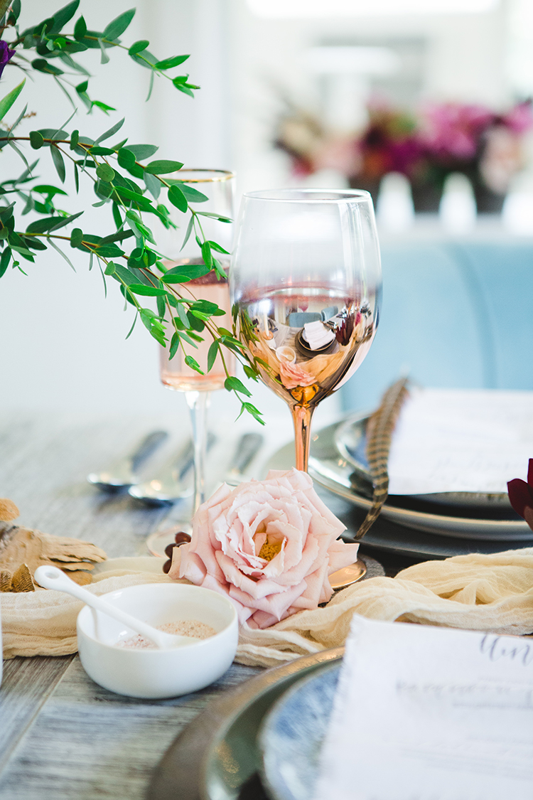 gold wedding table accents - http://ruffledblog.com/fall-wedding-tablescape-with-an-unexpected-color-palette