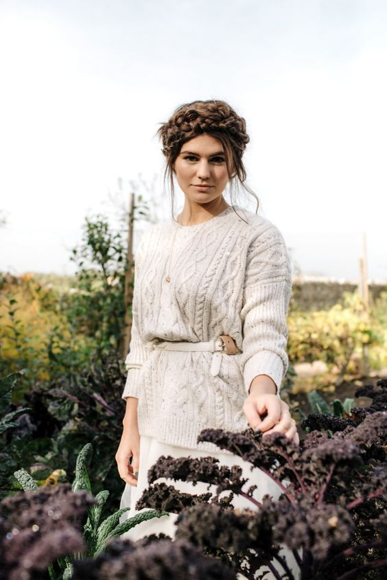 wear a neutral cable knit sweater with a white leather belt for some outdoor shots - you'll be gorgeous