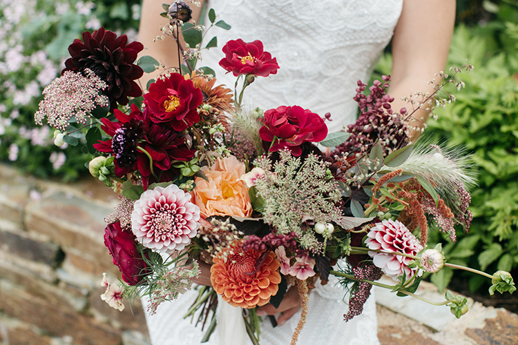 fall wedding bouquets - https://ruffledblog.com/woodland-luxe-wedding-inspiration-with-fall-colors
