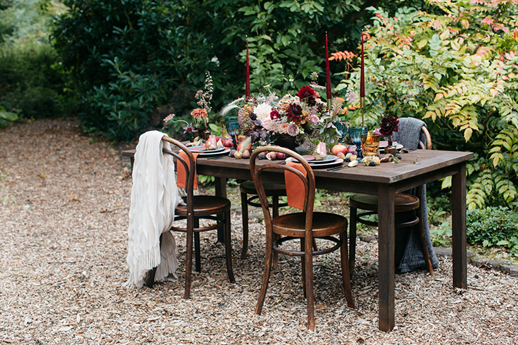 fall wedding tablescapes - https://ruffledblog.com/woodland-luxe-wedding-inspiration-with-fall-colors