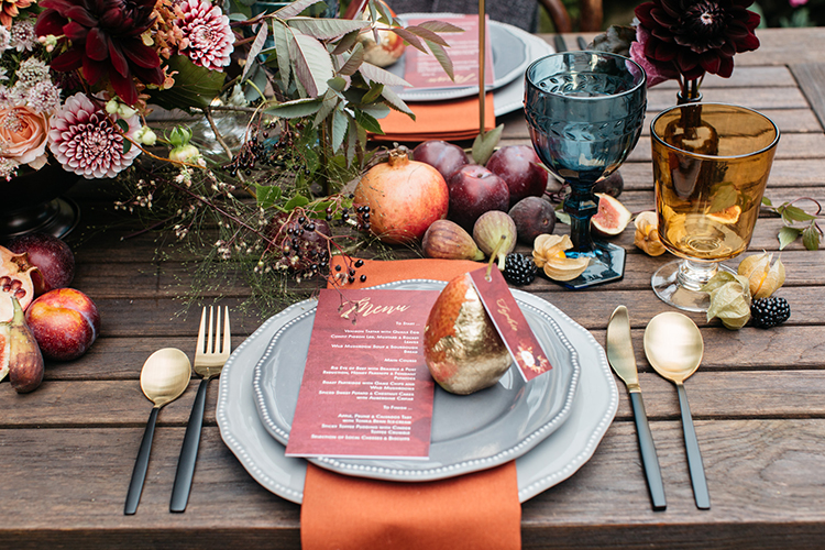 perfect fall tablescapes - https://ruffledblog.com/woodland-luxe-wedding-inspiration-with-fall-colors
