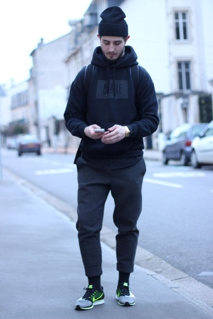 Sporty outfit with a beanie, hoodie, backpack, pants and sneakers