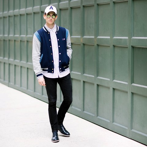 With printed shirt, skinny pants, cap and black shoes
