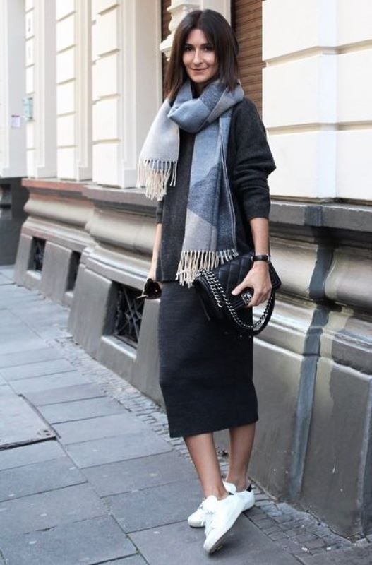 a black oversized sweater, a black midi skirt, white sneakers and a comfy scarf