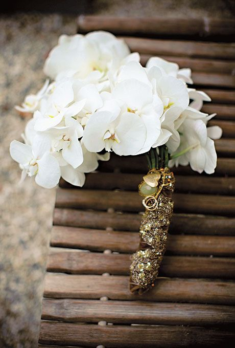 sparkling gold handle with a green stone and a gold heart attached for a refined feel