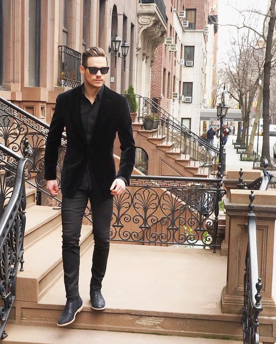 black jeans, a black shirt, a black velvet blazer and black boots, velvet is the trend of this year