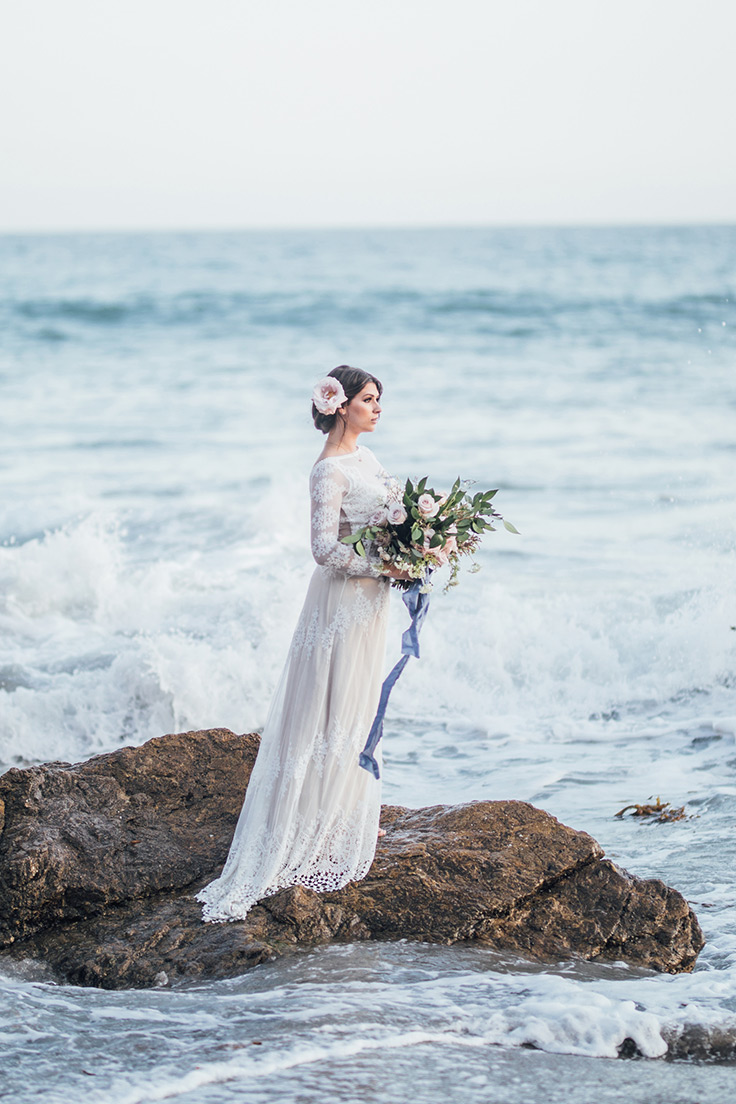 This coastal elopement is seriously p-r-e-t-t-y #beachwedding #elopement #malibu see more: https://ruffledblog.com/sand-sea-elopement-periwinkle
