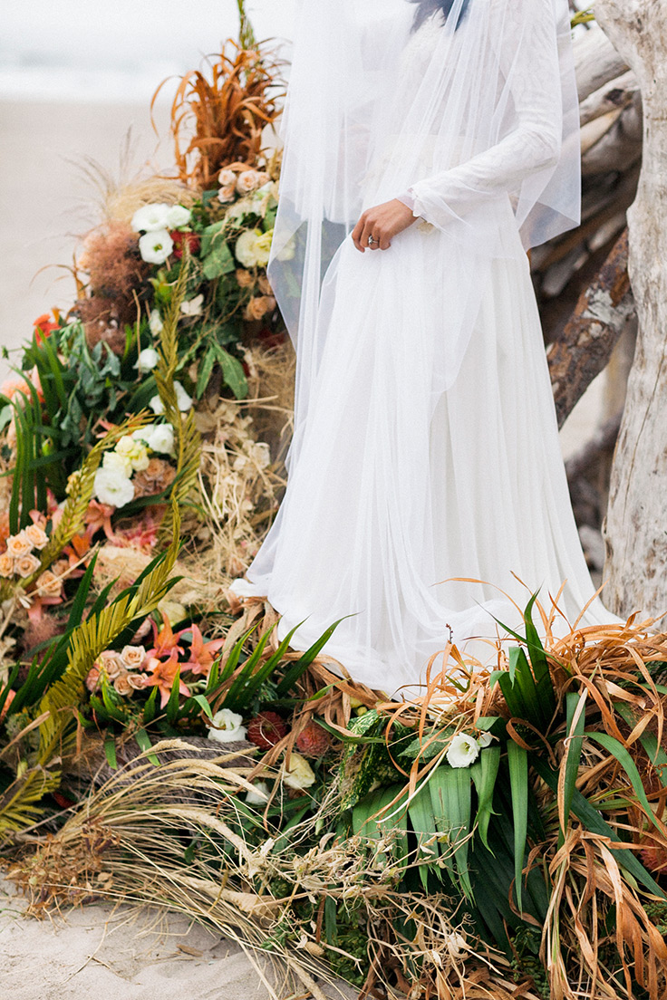 This coastal ceremony backdrop is to die for! #elopement #beachweddings #eventdesign https://ruffledblog.com/oregon-elopement-coastal-elegance