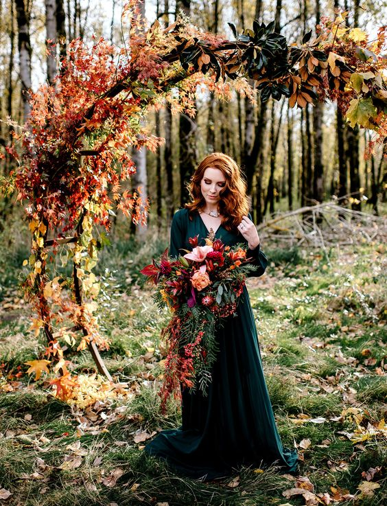 a dark green wedding dress with long sleeves and a V-neckline is a chic and outstanding idea for the fall