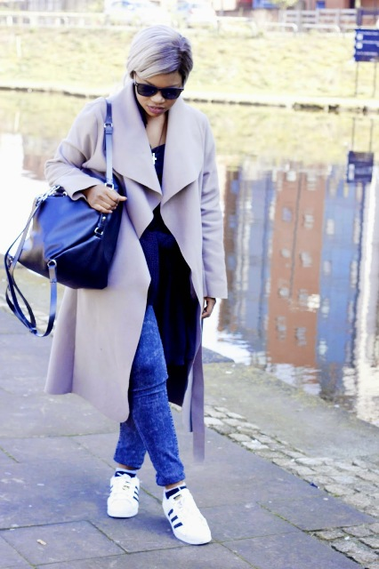 With black shirt, jeans, white sneakers and tote