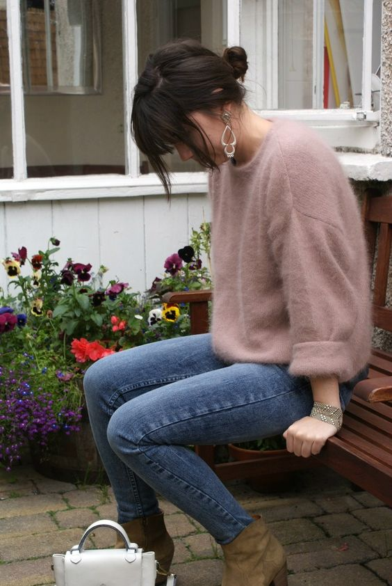 jeans, booties, a dusty pink cashmere sweater and a small white bag for a chic look