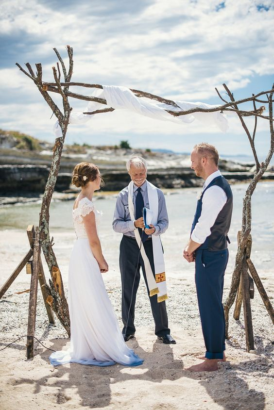 just a touch of ombre blue on the edge of the skirt to hint on the coastal wedding
