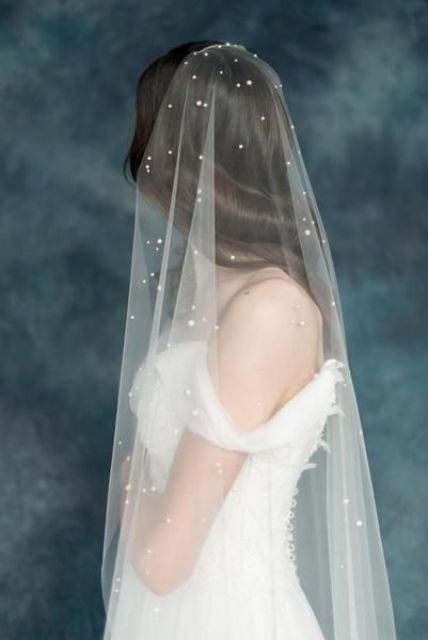 an ethereal pearly veil is a very romantic and chic idea to wear pearls in a modern way