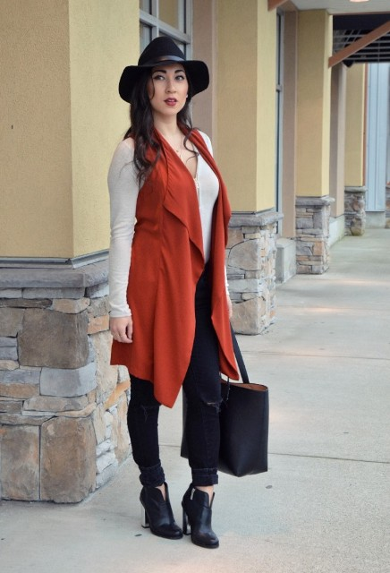 With white shirt, pants, black ankle boots, black hat and tote