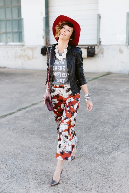 With gray t-shirt, black leather jacket, pumps, marsala mini bag and red hat