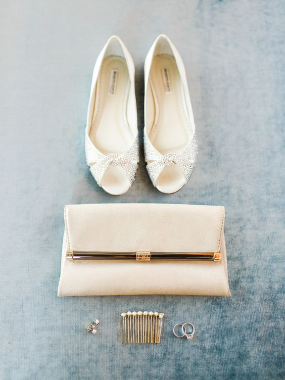 a casual off-white clutch with golde detailing is a chic idea that can be used afterwards, too