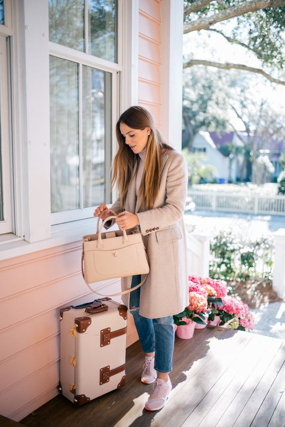 a chic blush bag with a long handle for a glam look and a cute touch