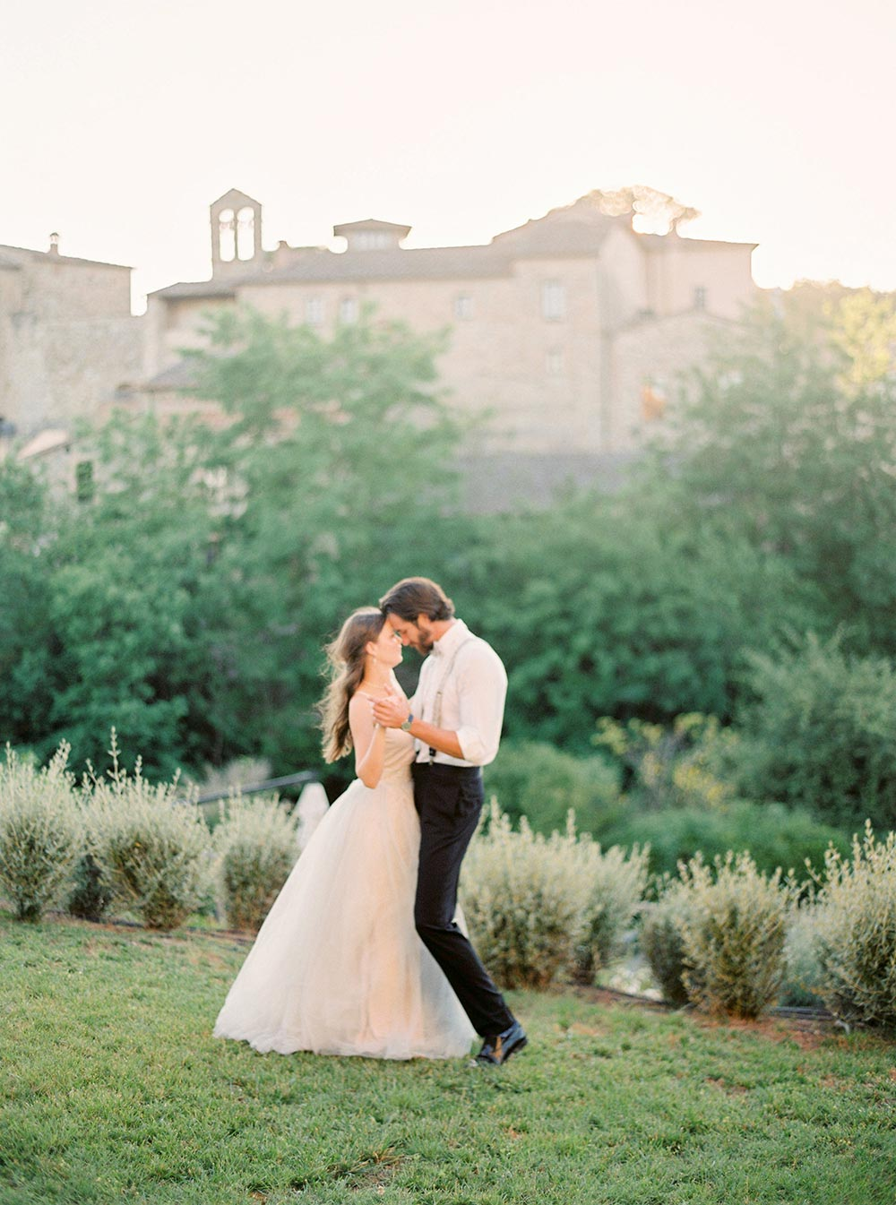 sunset first dance bride and groom italian countryside