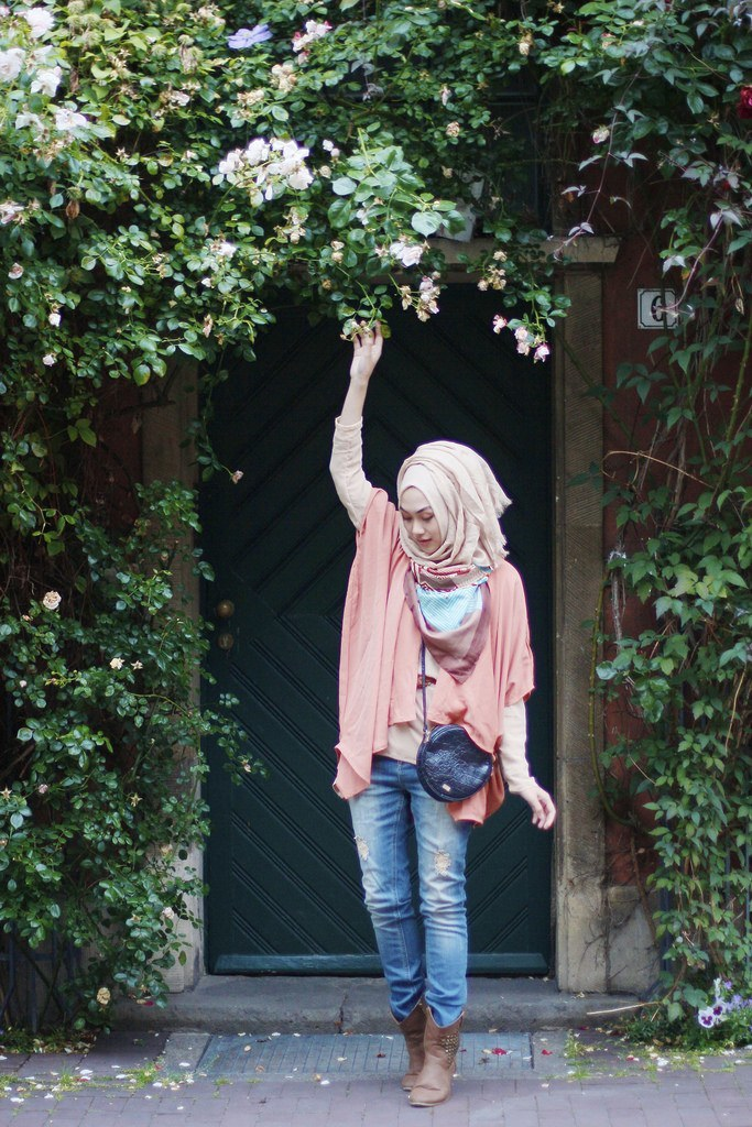 hijab-street-style 30 Stylish Ways to Wear Hijab with Jeans for Chic look