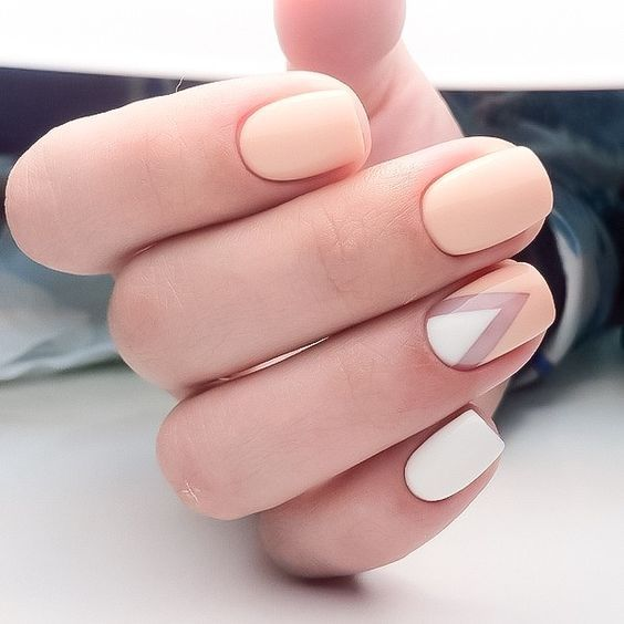 peachy pink nails and white ones with a single chevron accent for a cheerful summer feel in your look