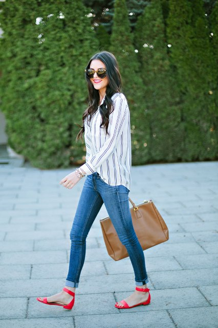 With striped shirt, skinny jeans and brown tote